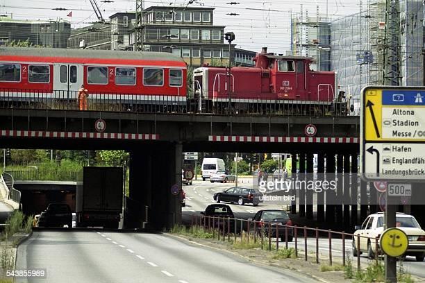 Hamburg: Zug auf der Brücke über der Amsinckstraße vor der Einfahrt in den Deichtortunnel. Rechts im Bild Wegweiser in Richtung Hafen und Altona....