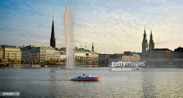 Hamburger Alstersee mit Touristen in einem Boot