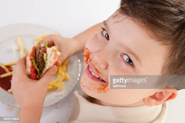 Hamburger et un petit garçon