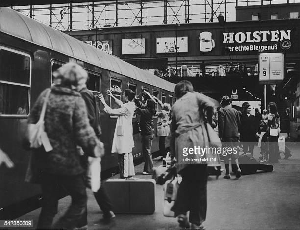 Hamburger Hauptbahnhof Fahrgäste auf Bahnsteig 9 am Schnellzug nach Kopenhagen 1974