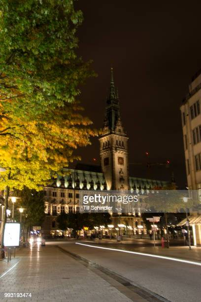 hamburger rathaus bei nacht - nacht stock pictures, royalty-free photos & images