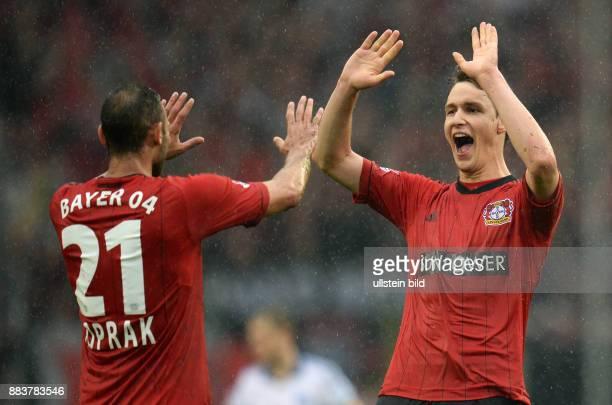FUSSBALL 1 BUNDESLIGA SAISON Hamburger SV Bayer 04 Leverkusen Oemer Toprak und Philipp Wollscheid jubeln nach dem Abpfiff