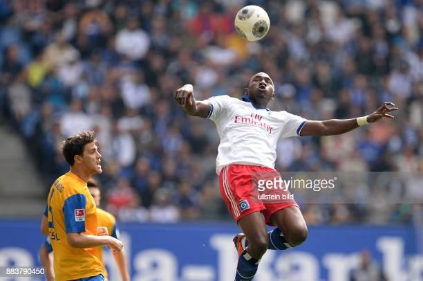 FUSSBALL 1 BUNDESLIGA SAISON Hamburger SV Eintracht Braunschweig Jacques Zoua spielt eine Etage hoeher als Benjamin Kessel