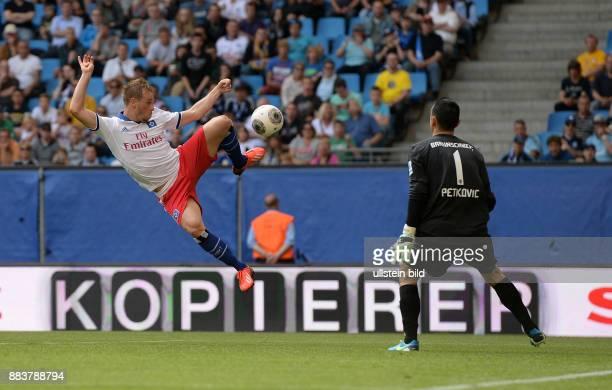 FUSSBALL 1 BUNDESLIGA SAISON Hamburger SV Eintracht Braunschweig Maximilian Beister gegen Torwart Marjan Petkovic