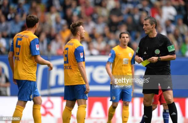 FUSSBALL 1 BUNDESLIGA SAISON Hamburger SV Eintracht Braunschweig Schiedsrichter Knut Kircher mit den Braunschweigern Benjamin Kessel Ermin Bicakcic...