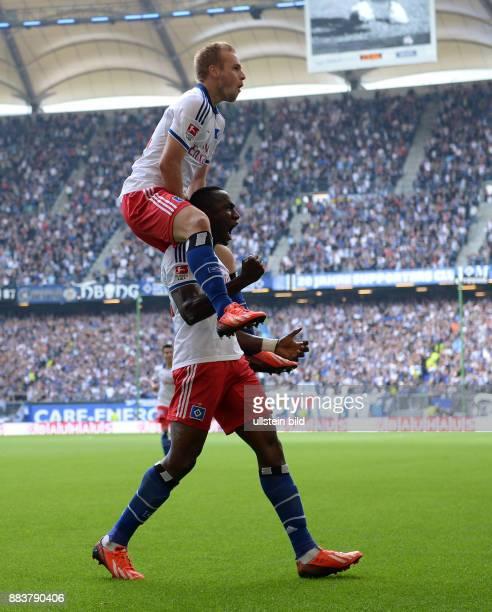 FUSSBALL 1 BUNDESLIGA SAISON Hamburger SV Eintracht Braunschweig 0 Maximilian Beister feiert auf den Schultern des 20 Torschuetzen Jacques Zoua