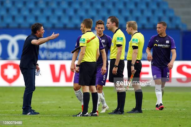 Hamburger SV Head Coach Dieter Hecking argues with the referee after the Second Bundesliga match between Hamburger SV and VfL Osnabrück at...