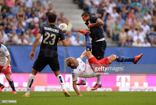 FUSSBALL 1 BUNDESLIGA SAISON Hamburger SV Inter Mailand Artjoms Rudnevs per Fallrueckzieher gegen Andrea Ranocchia und Alvaro Pereira