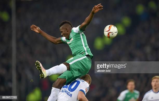 FUSSBALL 1 BUNDESLIGA SAISON Hamburger SV SV Werder Bremen Papy Djilobodji im Zweikampf mit PierreMichel Lasogga irgendwie obenauf