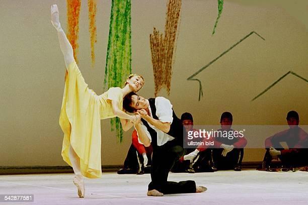 das Szenenbild aus dem Ballett ''Giselle'' zeigt Tänzer und Tänzerin während eines Pas de deux in einer Inszenierung von John Neumeier