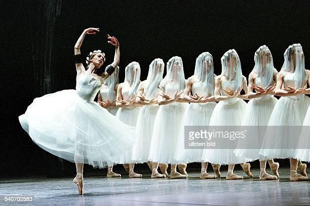 Szenenbild aus dem Ballett 'Giselle' Hinter der tanzenden Ballerina das Corps de Ballet Inszenierung und Choreographie von John Neumeier Die Premiere...