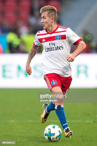Hamburg's Lewis Holtby on the ball during the German Bundesliga football match between Bayer Leverkusen and Hamburg SV at the BayArena in Leverkusen...