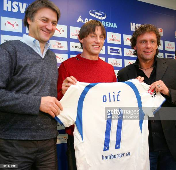 Hamburg's new player Ivica Olic poses with his head coach Thomas Doll and Dietmar Beiersdorfer, Sporting director of Hamburg during the press...