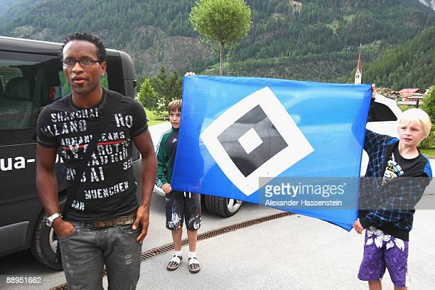 Hamburg's new player Ze Roberto arrives at the team squad 'Aqua Dom' at day four of the Hamburger SV training camp on July 9, 2009 in Laengenfeld,...