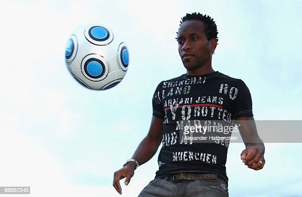 Hamburg's new player Ze Roberto plays with the ball in front of the team squad 'Aqua Dom' at day four of the Hamburger SV training camp on July 9,...