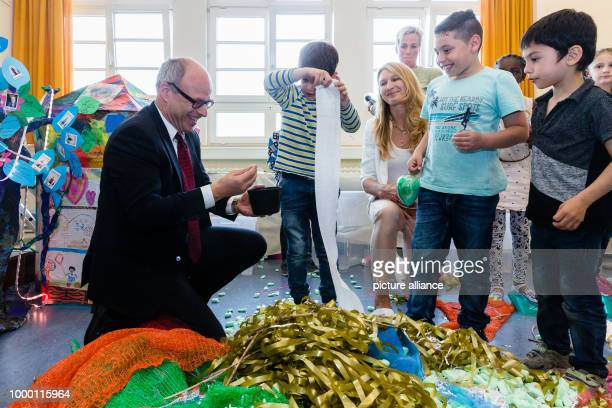Hamburg's school senator Ties Rabe and former tennis player Steffi Grad make a nest from DIY material at a school in Hamburg Germany 23 June 2017 It...