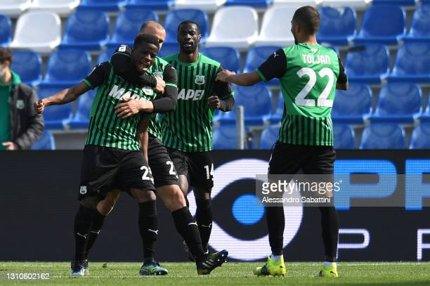 Hamed Junior Traore of U.S. Sassuolo Calcio celebrates with team mates Vlad Chiriches, Jeremy Toljan and Pedro Obiang after scoring their side's...