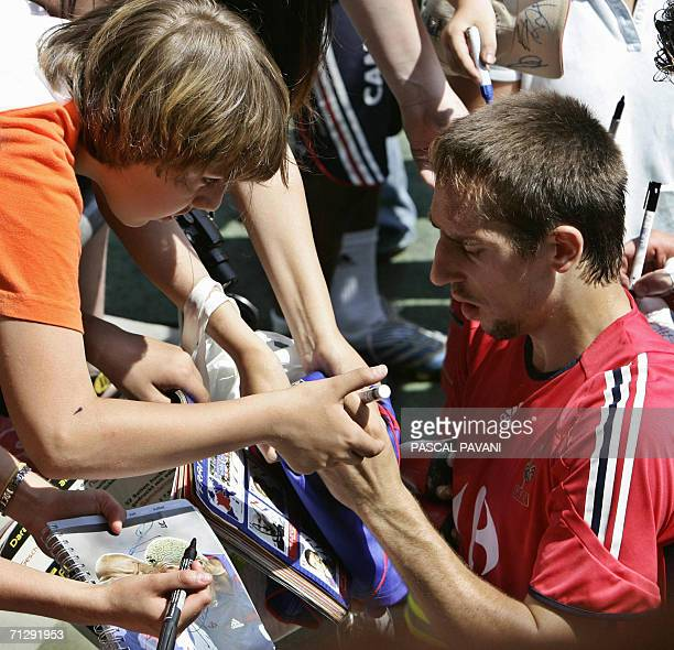 French forward Franck Ribery signs autographs for fans after a training session 25 June 2006 iatWeserbergland stadium in Hameln.France will play...