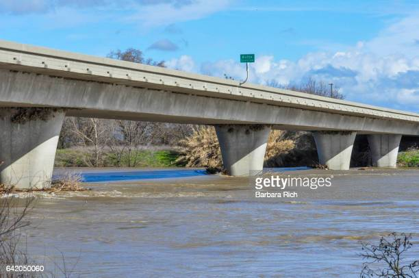 hamilton city bridge showing the sacramento river near flood stage - swift river fotografías e imágenes de stock