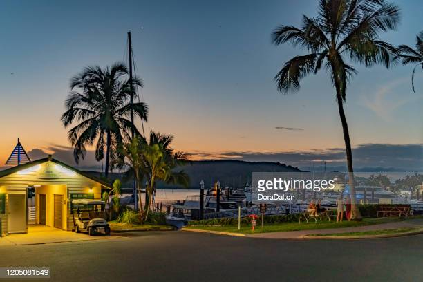hamilton island marina at dusk, australie - île d'hamilton photos et images de collection