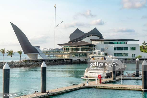 hamilton island yacht club, hamilton island marina view, whitsundays, australie - île d'hamilton photos et images de collection