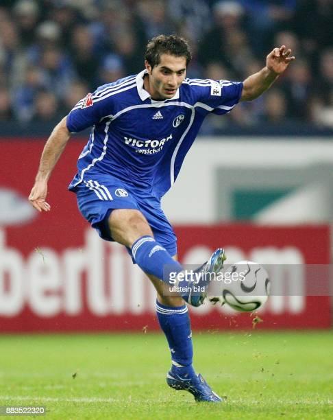 Hamit Altintop Mittelfeldspieler FC Schalke 04 Tuerkei in Aktion am Ball