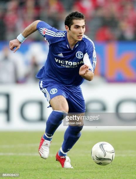 Hamit ALTINTOP Mittelfeldspieler FC Schalke 04 Tuerkei laeuft mit dem Ball
