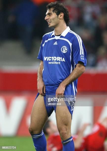Hamit Altintop Mittelfeldspieler FC Schalke 04 Tuerkei zieht sich die Hose hoch