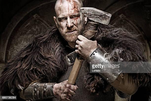 Hammer svingar blodiga viking krigare i studio skott