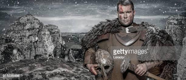 martillo esgrimiendo viking warrior morena hombre en campo montaña salvaje - hombre peludo fotografías e imágenes de stock