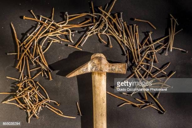 hammer with old rusty nails - prego - fotografias e filmes do acervo