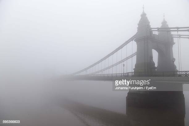 hammersmith bridge over river thames during foggy weather - river thames stock pictures, royalty-free photos & images