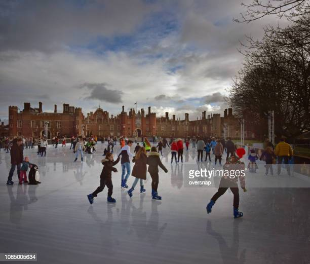 hampton court ice skaters - persona in secondo piano foto e immagini stock