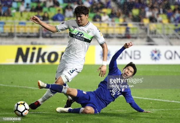 Han Euig-Won of Suwon Samsung Bluewings competes for the ball with Kim Min-Jae of Jeonbuk Hyundai Motors during the AFC Champions League Quarter...