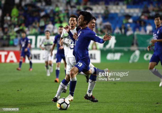 Han Euig-Won of Suwon Samsung Bluewings competes for the ball with Hong Jeong-Ho of Jeonbuk Hyundai Motors during the AFC Champions League Quarter...