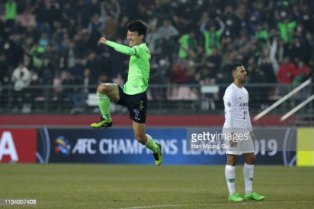 Han KyoWon of Jeonbuk Hyundai Motors celebrates after scoring a first goal during the AFC Champions League Group G match between Jeonbuk Hyundai...