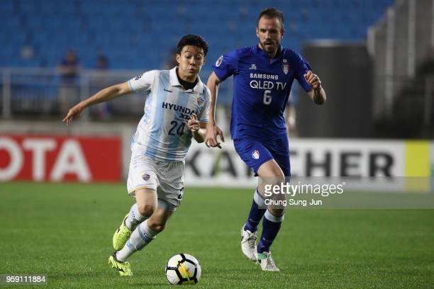 Han Seunggyu of Ulsan Hyndai and Matthew Jurman of Suwon Samsung Bluewings compete for the ball during the AFC Champions League Round of 16 second...