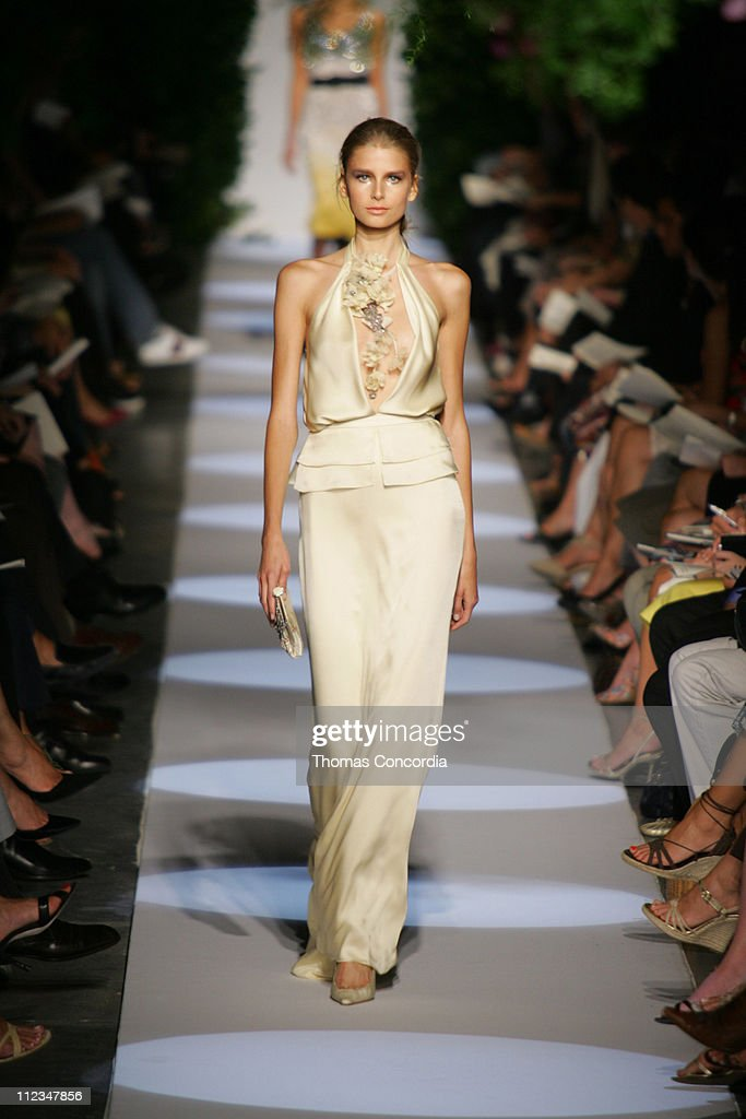 Olympus Fashion Week Spring 2006 - Badgley Mischka - Runway : News Photo