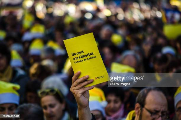 A hand between the crowd shows the Christmas song fact sheet The catalan sovereigntists organizations Omnium and ANC have called a Christmas song for...