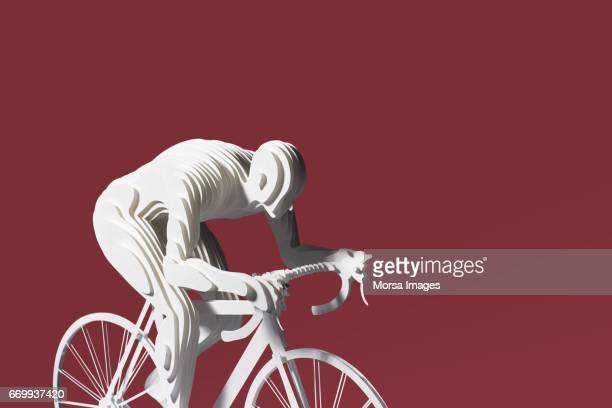 Corte de la mano figura de papel de un ciclista