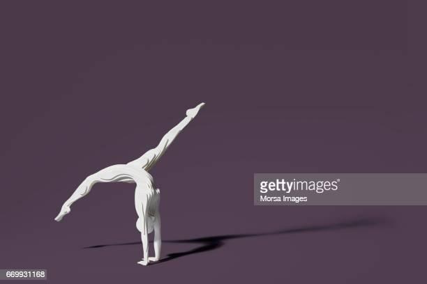 Corte de la mano figura de papel de un gimnasta