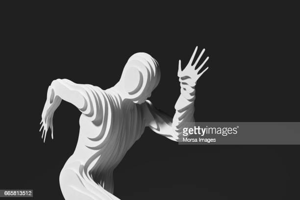 Corte de la mano figura de papel de un corredor