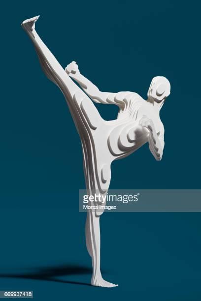 Corte de la mano figura de papel de un taekwondist