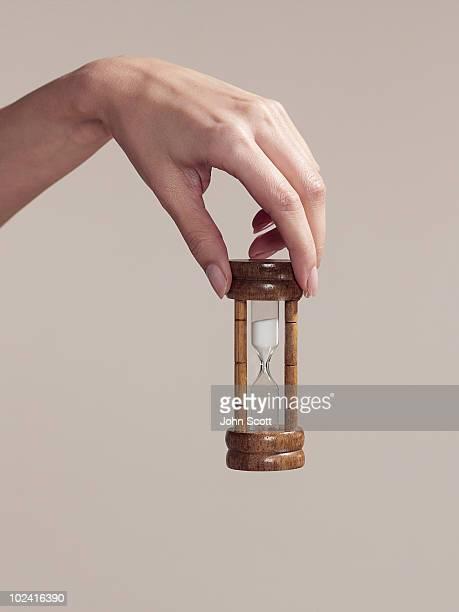 hand holding an egg timer - ampulheta imagens e fotografias de stock