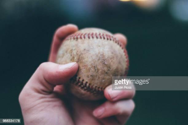 hand holding baseball - 投手 ストックフォトと画像