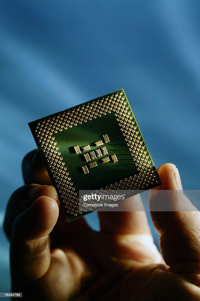 Hand holding computer chip : Stockfoto