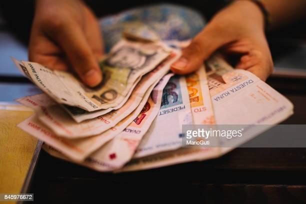 Hand halten kroatische Kuna Währung
