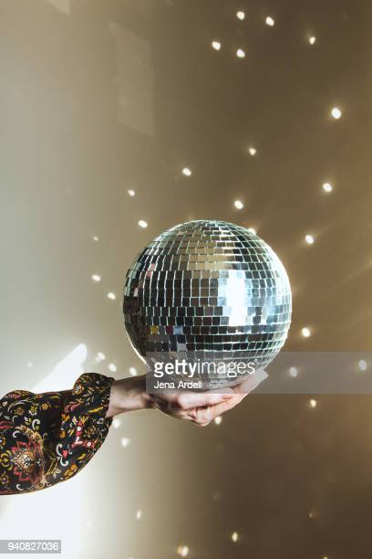 hand holding disco ball retro 1970s - disco ball foto e immagini stock