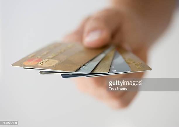 hand holding fanned out credit cards - groupe moyen d'objets photos et images de collection