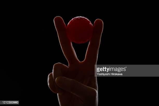 hand holding golfball - スポーツ競技の勝者 ストックフォトと画像